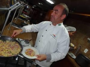 Antonello prepara uma deliciosa Pasta Caserecce con Salsiccia Toscana, Peperoni e Porri!