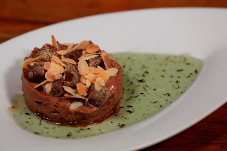 ElNegro-Sobremesa-Tortinha_mousse_com_amendoas_tostadas_calda_de_menta-FotoRonaldo_Caldas (1)