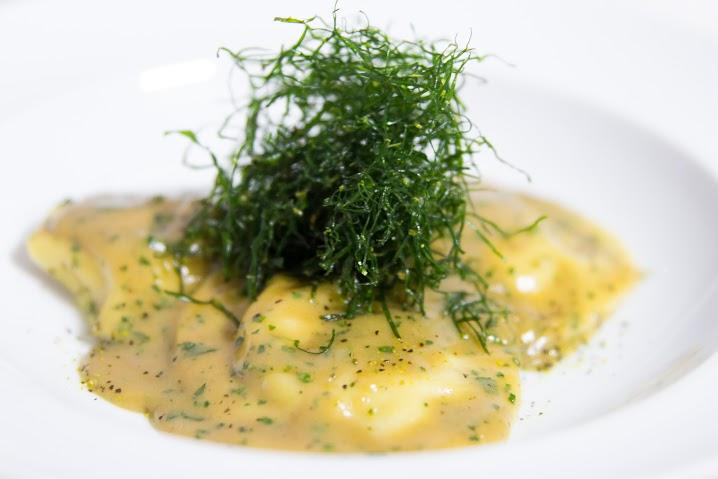 Ravióli de camarão ao molho bisque e couve crocante_Foto_FernandaFurtado (1)