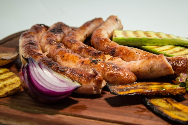 linguica de bacon com legumes assados na brasa.jpg