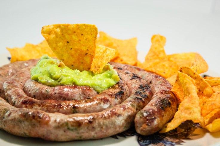 linguica de jalapeno com guacamole e nachos,.jpg