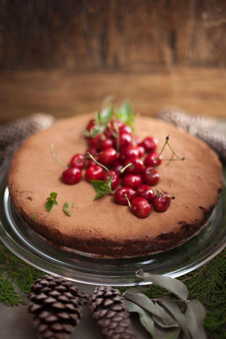 2-Torta de chocolate 70% (amazonico organico) com amendoas e calda de frutas vermelhas.jpg