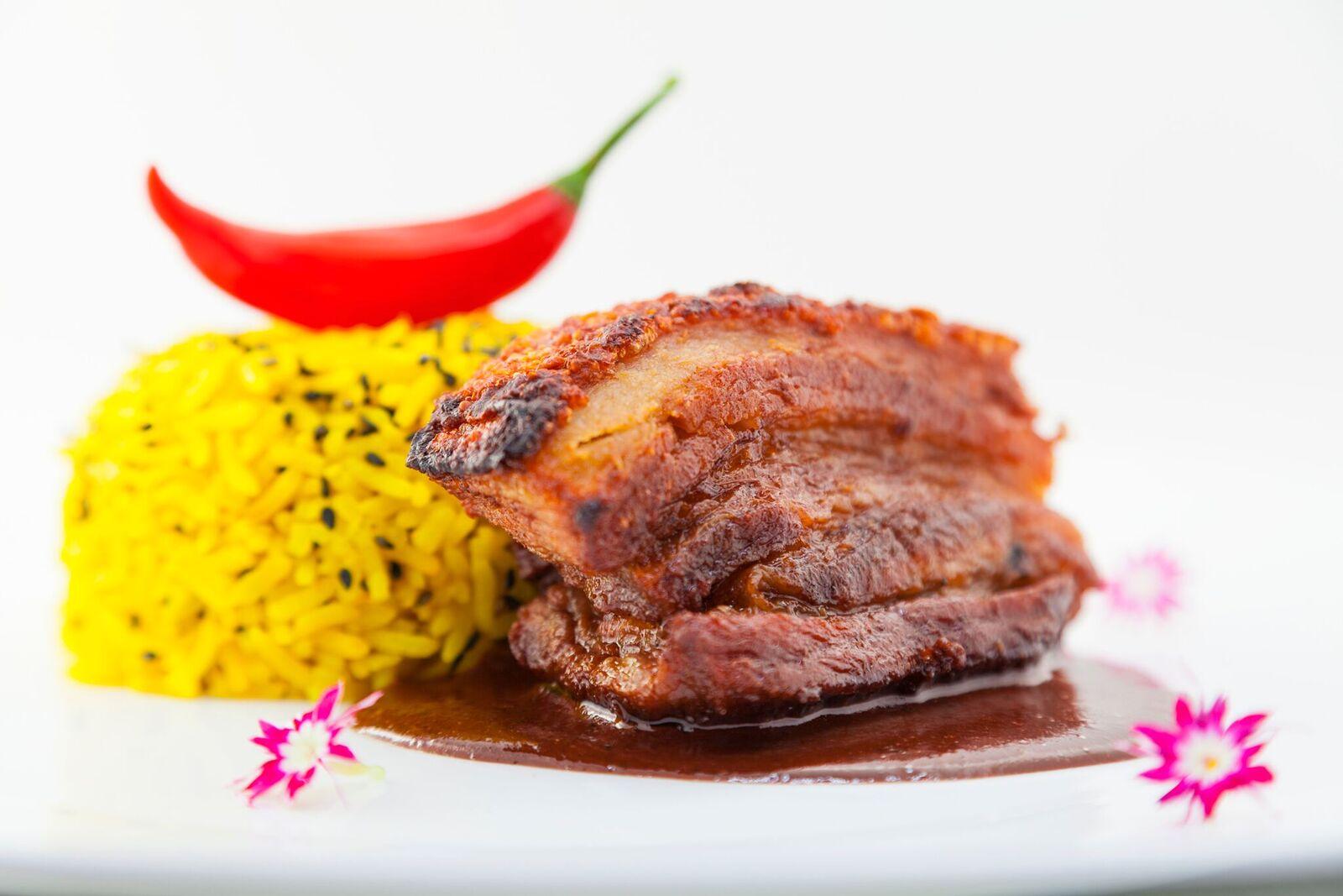La Rubia - barriga de porco assada ao molho de chocolate e especiarias, com arroz de açafrão e gergelim negro torrado - Foto 3 de Raquel Aviani.jpg