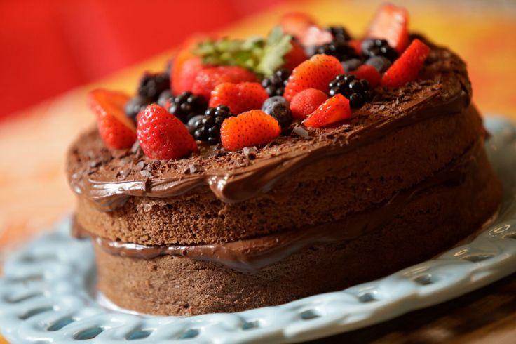 Quitutices_Bolo de chocolate sem farinha com frutas vermelhas_Foto de Cristiano Mariz (1).jpg