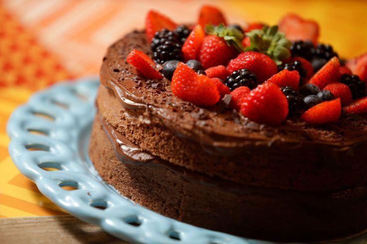 Bolo de chocolate sem farinha com frutas vermelhas_Foto de Cristiano Mariz (5).jpg