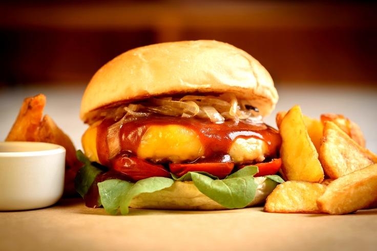 CASA DE MADEIRA Empório Burger , blend de costelinha suína e bacon, rúcula, tomates cerejas confitados em azeite de manjericão, BBQ da casa, finalizado com queijo gruyere derretido e mostarda l'anciene,.jpg