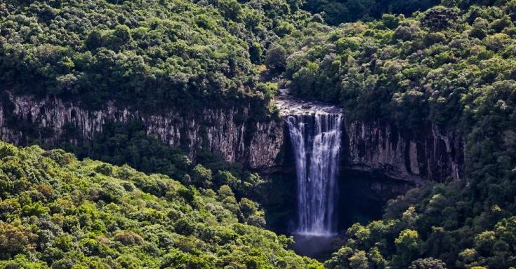 cascata-dos-amores-vista-de-mirante-na-parte-mais-alta-da-serra-em-bento-goncalves-rs-por-onde-passa-a-rota-dos-espumantes-1408476466898_956x500.jpg