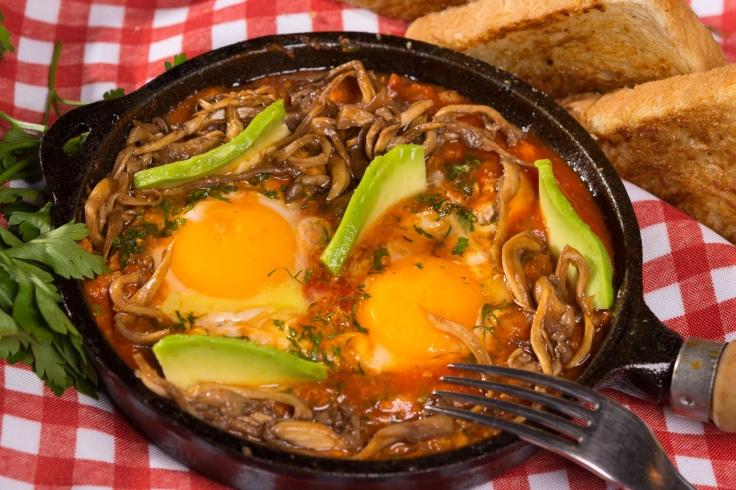 Shakshuka de cogumelos orgânicos e abacate_Brunch Restaurante Universal_Foto de Felipe Bastos-Colmeia Fotografias.jpg